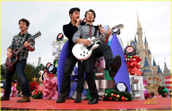 jonas-brothers-summertime-anthem-20.jpg
