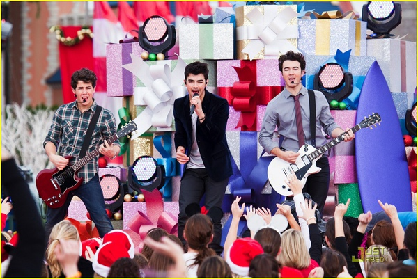 jonas-brothers-summertime-anthem-21.jpg