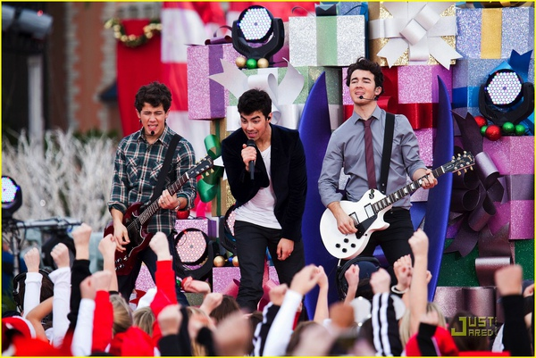 jonas-brothers-summertime-anthem-23.jpg