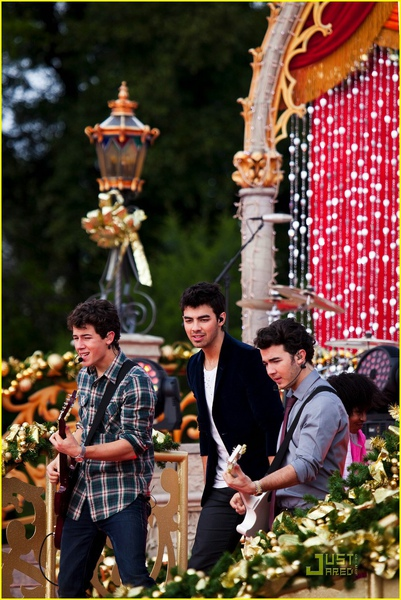 jonas-brothers-summertime-anthem-24.jpg