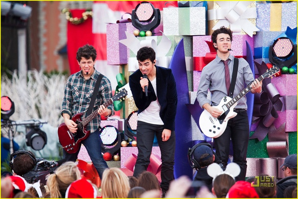 jonas-brothers-summertime-anthem-27.jpg