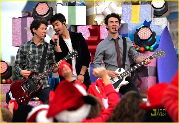 jonas-brothers-summertime-anthem-29.jpg