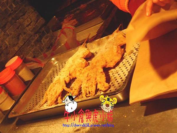 大排長龍的攤位尤魚 (2).JPG