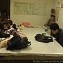 20120305 每一個學員都好認真地再看稿子喔~老師沒有讓你們背喔 (3)