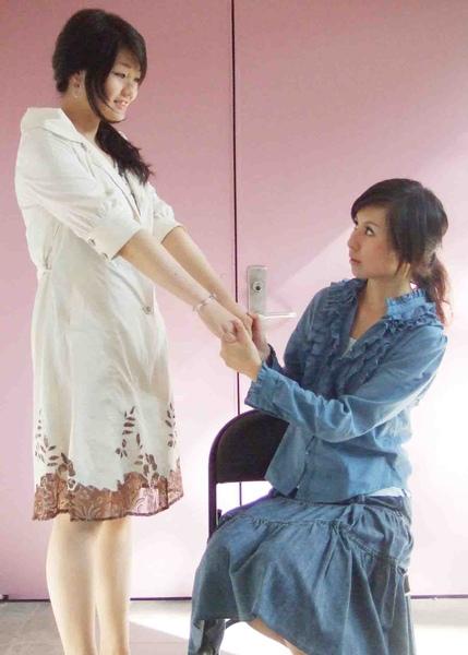 2008%2F9台北藝穗節創作舞台劇 %3C;芭比娃娃加工廠%3E 擔任編.導.演2.jpg