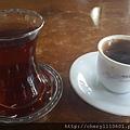 前往以弗所拉車要2個多小時,在中途休息站終於喝到土耳其紅茶和咖啡了! 點咖啡還會附上一瓶礦泉水,不知為何?