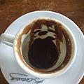 百聞不如一見,土耳其咖啡Kahve真的完全沒有過濾ㄟ,喝完杯底都是咖啡粉,難怪需要礦泉水漱漱口。說真的,就當個體驗吧!