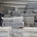 沒想到以弗所古城內,更是隨處可見貓咪們,好開心唷~ 這兩隻互相對峙,火藥味兒十足。