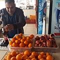 除了茶跟咖啡,土耳其另一個特別的飲料是紅石榴汁、柳橙汁,觀光地經常可見販售現榨果汁的小販,一小杯要價7里拉左右(台幣50元左右),比想像中貴哩!