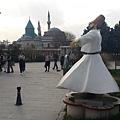 伊斯蘭教精神導師梅夫拉納博物館就在孔亞,他所創立的蘇菲教派透過旋轉舞做為祈禱的儀式,雖然不能體會,但覺得旋轉舞者飛揚的裙襬很美!