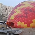 我們這團說有多幸運就有多幸運,謝謝領隊馨文幸運星! 連續幾日因氣候不佳都無法飛的熱氣球,今天開飛!!! 一大早到場,看著熱氣球從扁平狀到熱氣升空,fantastic!!
