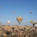 升空後,就是一個多小時的飛行。在天空看著地上一顆顆的熱氣球陸續升空,一轉眼已經是熱氣球滿天,真的太壯觀了啦!