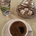 因緣際會跟旅館餐廳的土耳其侍者交上了朋友,他特地在我們住宿的最後一晚盛情邀約,說要為我們煮上一杯道地的土耳其咖啡。咖啡、開水、土耳其軟糖,看這一套有多專業,真的好溫暖阿! thanks, my friend!