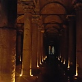 """先參觀電影""""地獄""""的拍攝地""""地下水宮殿"""",地上很潮濕,而且很暗,常常伸手不見五指,加上當天小學生校外教學很多,到處都又吵又混亂,所以這次沒能好好看看這座古羅馬地下蓄水池,殘念!"""