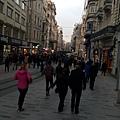 到了傍晚,街上人越來越多,黑壓壓的一片,熱鬧程度跟我們的信義區或西門町根本沒兩樣嘛!