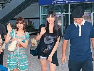 原紗央莉(中) 與周防雪子(左)抵達香港合演三級片。.jpg