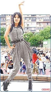 蔡依林昨早帶領3500位小學生大跳「Voguing」舞蹈。.jpg