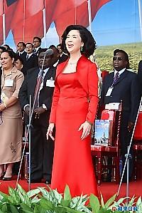 白嘉莉國慶當天穿著紅色禮服領唱中華民國國歌。侯世駿攝.jpg