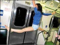 高中生在火車上玩得很誇張還劈腿倒吊.jpg
