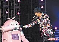 周董昨晚為花博演出,和機器人一起表演《好久不見》。.jpg