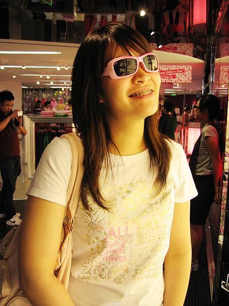 這是小朋友size的太陽眼鏡,硬是戴下去,很怕會斷掉...