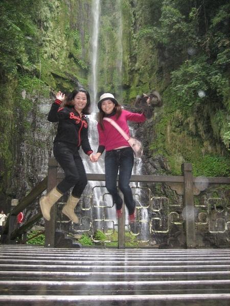 在瀑布前飛起來