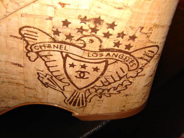 Chanel鞋跟上的烙印