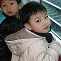 2010_0118_102253趴在窗戶上依舊是為了看電車通過.jpg