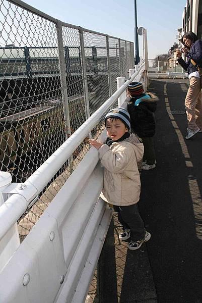 2010_0118_100834小孩都愛看電車通過,樂此不疲。.jpg