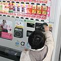 2010_0118_103158日本的自動販賣機琳瑯滿目讓人不由自主地都想買.jpg