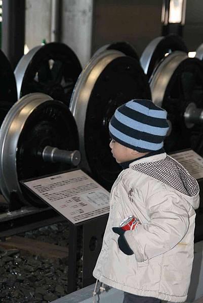 2010_0118_113703到達鐵道博物館首先要認識的是車輪.jpg