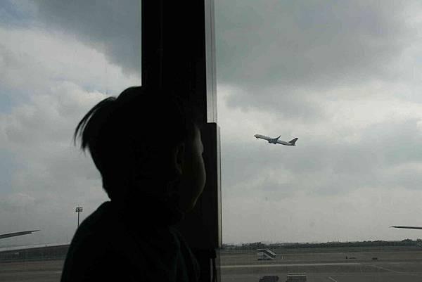 2010_0117_115859雖然不是第一次看飛機起飛,但是0距離的感覺應該還是滿震撼的。.jpg