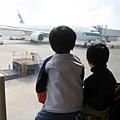 2010_0117_120335兩個很認真學習認識飛機的孩子。.jpg