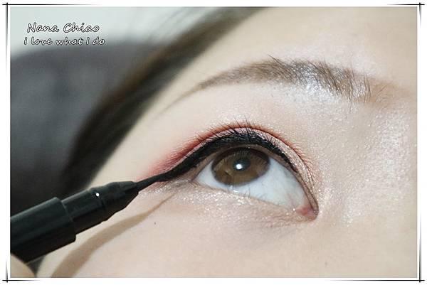 CHER都會彩妝-叢林冒險八色眼影盤+睛綻抗暈卡式眼線液筆18.jpg