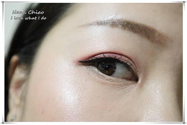 CHER都會彩妝-叢林冒險八色眼影盤+睛綻抗暈卡式眼線液筆20.jpg