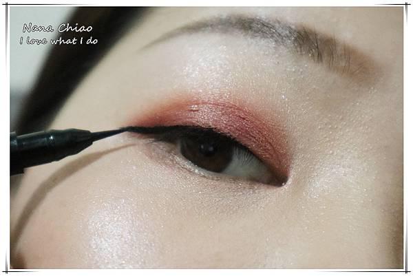 CHER都會彩妝-叢林冒險八色眼影盤+睛綻抗暈卡式眼線液筆33.jpg
