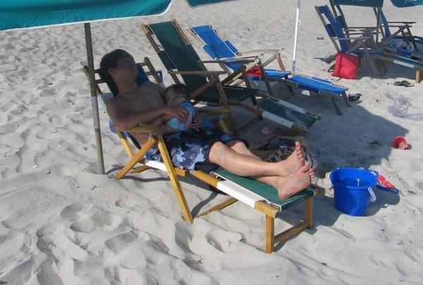 沙灘上的午覺