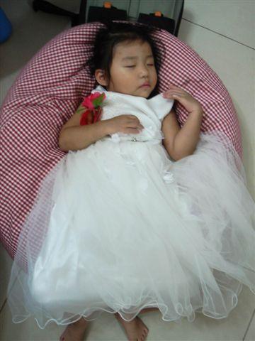 剛去參加完婚禮~已經累癱的彤.jpg