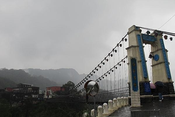 吊橋,總是在下雨