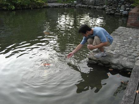 2008 宜蘭之旅 傳藝中心 餵魚