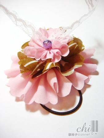 咖啡×粉紅花花髮飾 從另外一邊看