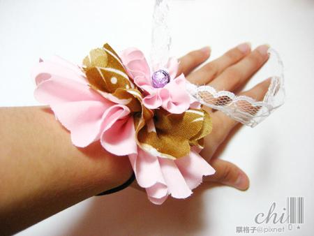 咖啡×粉紅花花髮飾 帶在手上的樣子