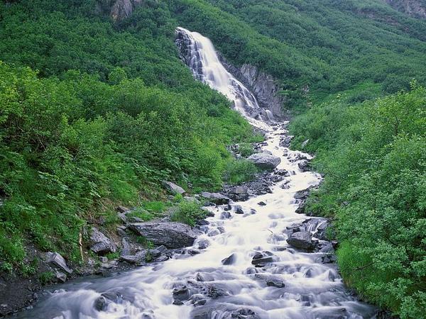 阿拉斯加州:楚加奇山季节性瀑布