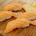 上引水產-鮭魚握壽司 (1)
