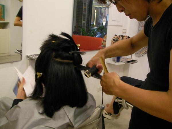 把小穎的頭髮拉直
