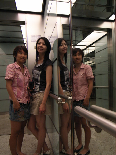 電梯內玩自拍