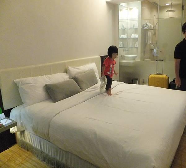 進飯店老規矩:跳床
