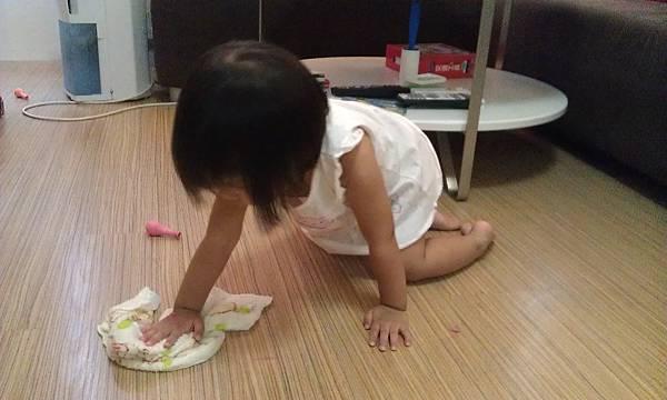 我要幫媽咪擦地板收拾善後囉~