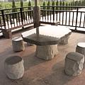 涼亭的石桌