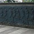 大門旁的浮雕壁畫.jpg